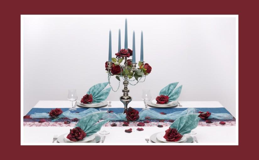 Aristokratische Tischdeko zum Geburtstag in Rot und Blau