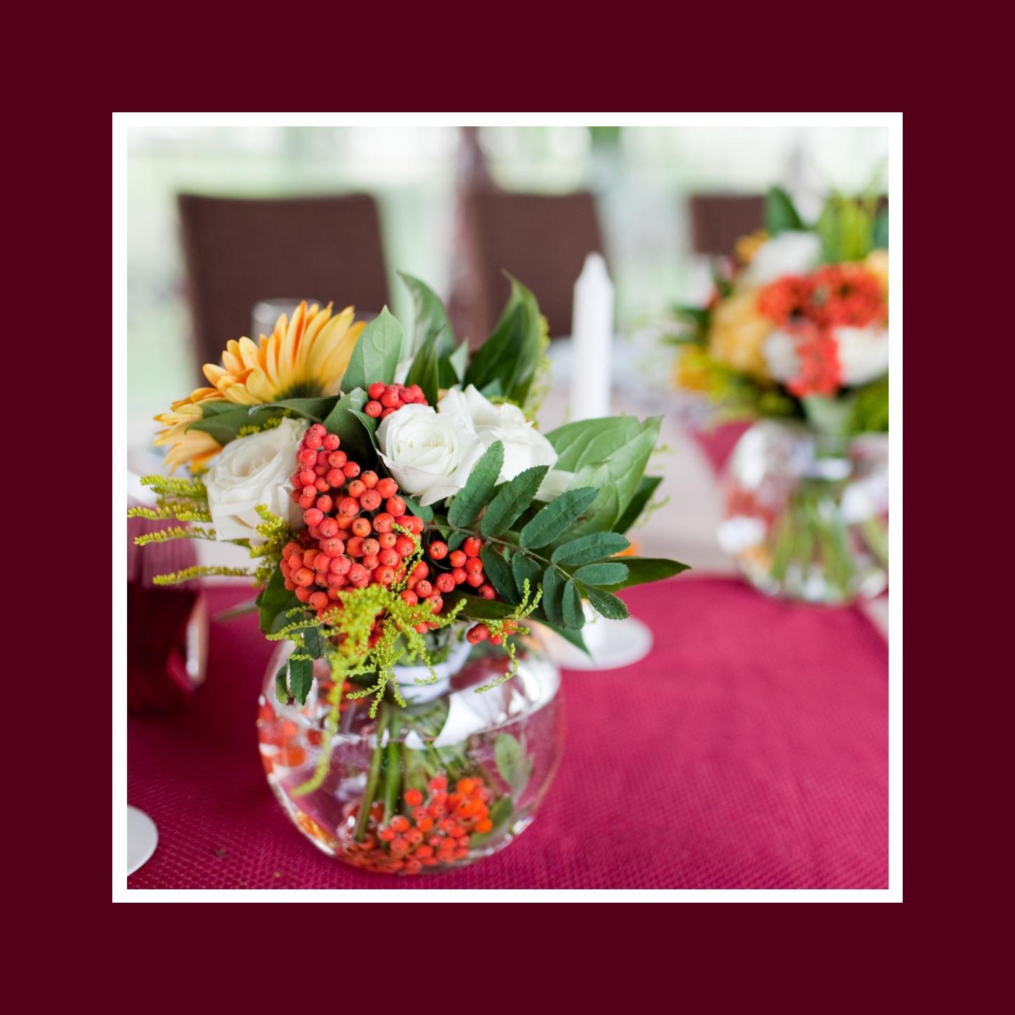 Ausgefallene Blumendeko aus Rosen, Gerbera und Vogelbeeren Kommunion