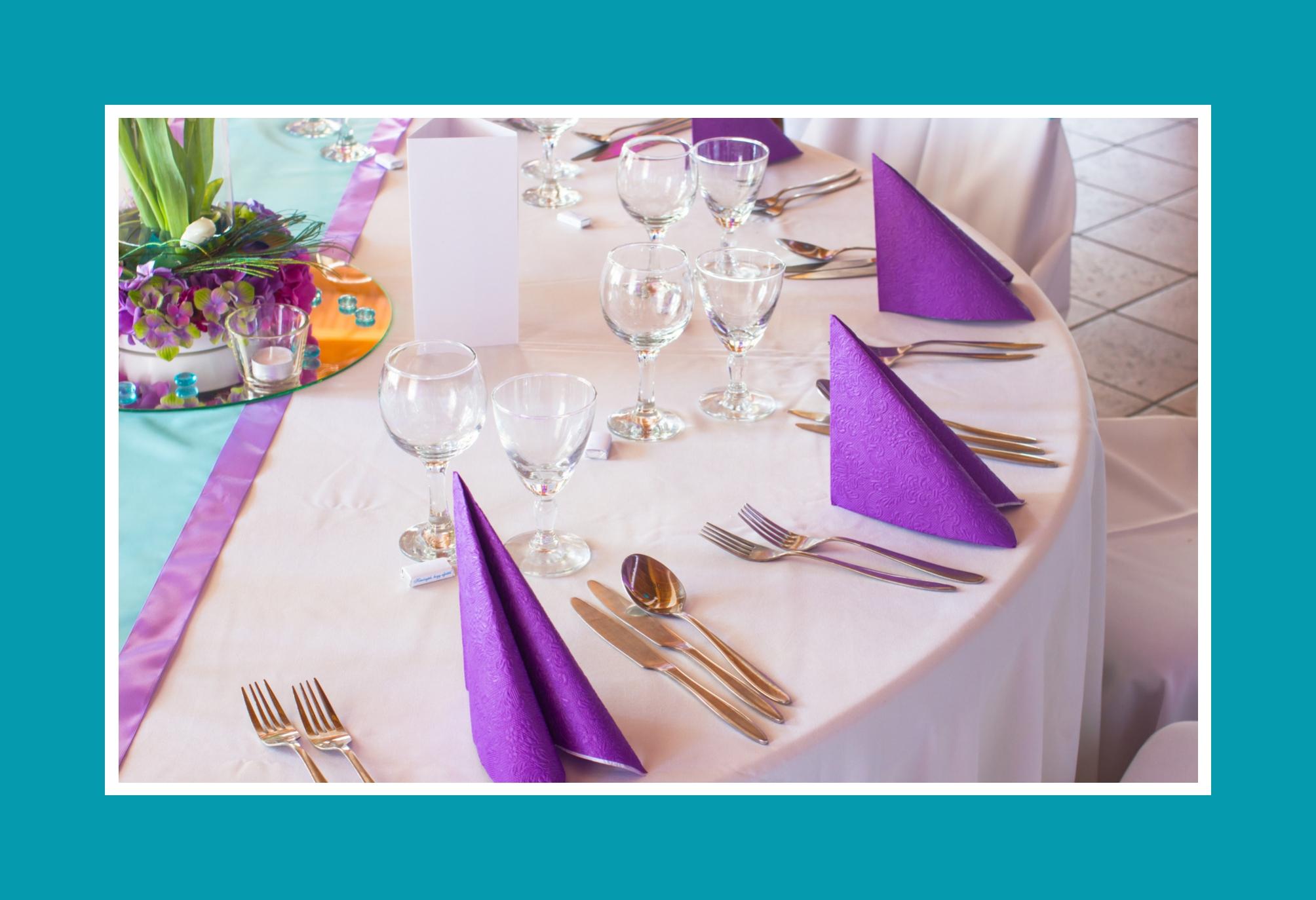 Blauer Tischläufer mit violetten Servietten