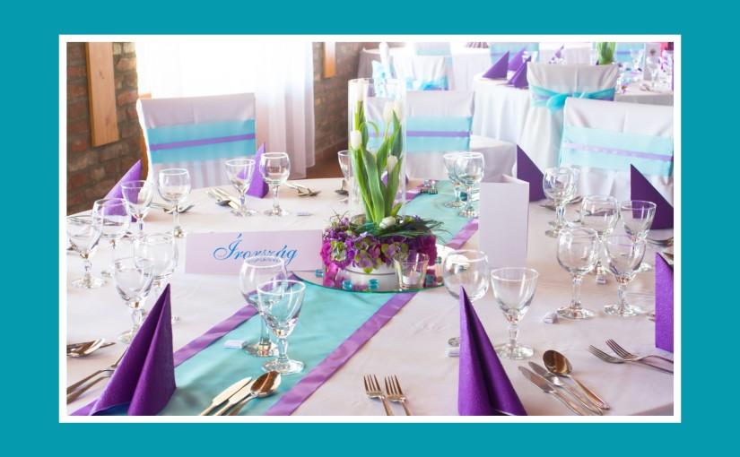 Tischdeko in Blau und Violett