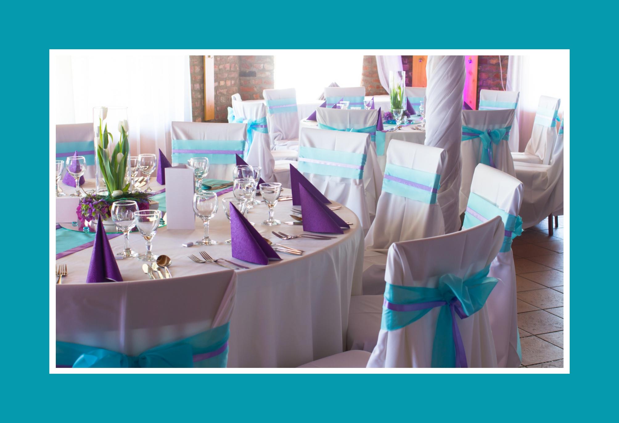 Festlicher Bankettsaal in Blau und Violett