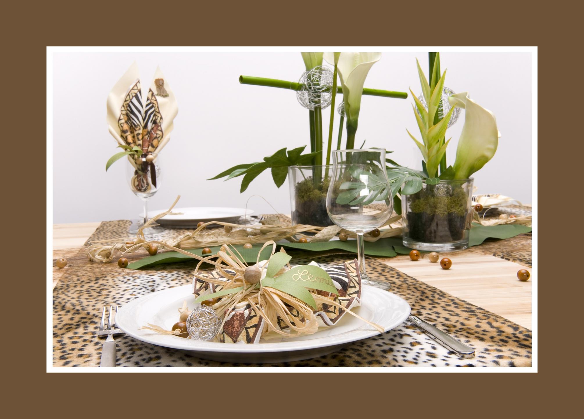 Gemusterte Servietten mit Dschungeldeko