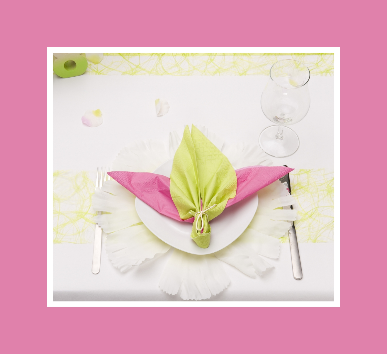 Kunstvoll gefaltete Servietten in Pink und Hellgrün