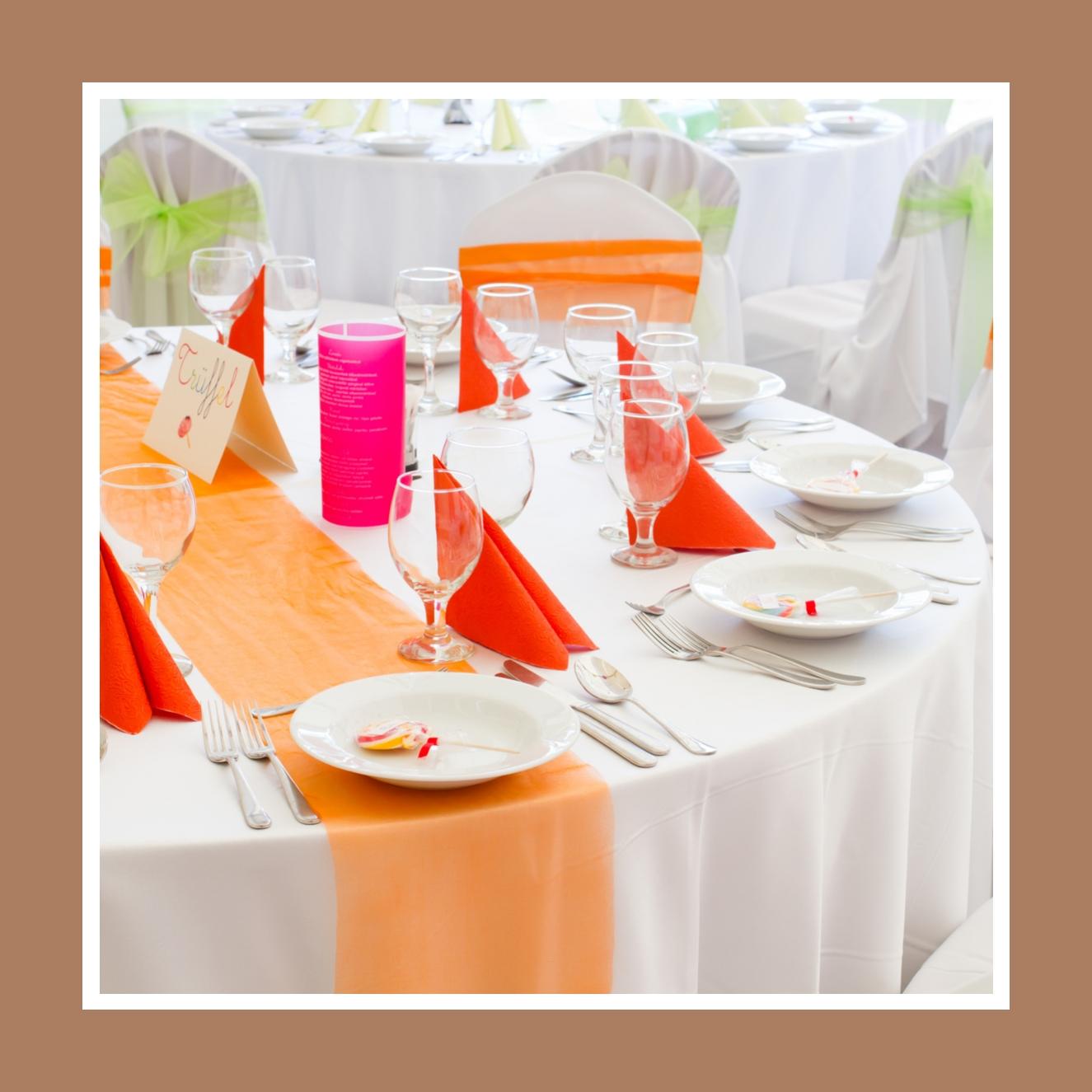 Orangefarbene oder grüne Farbakzente dank Schleifen, Tischläufern und Servietten