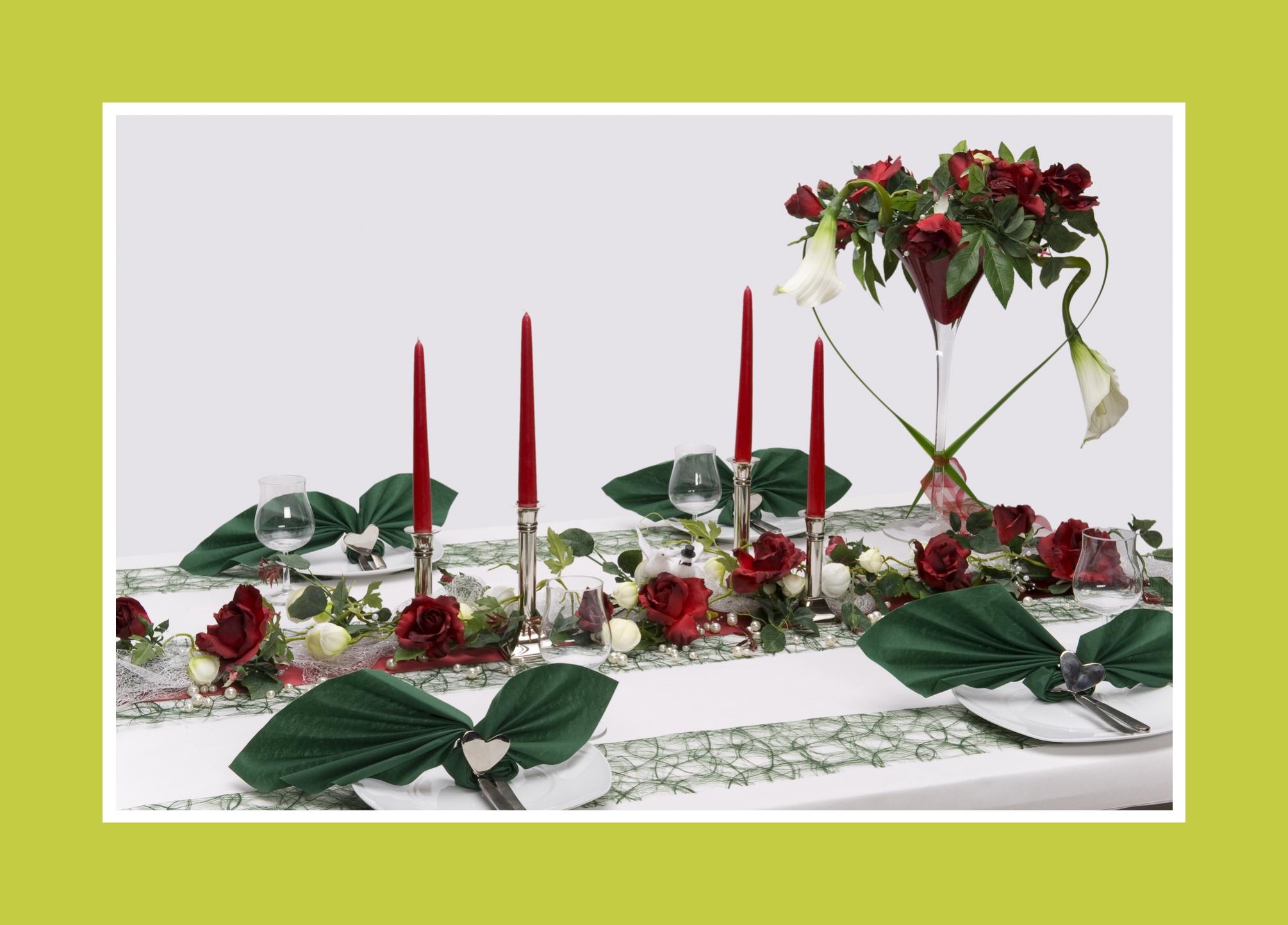Rote Dekoelemente und Blumen