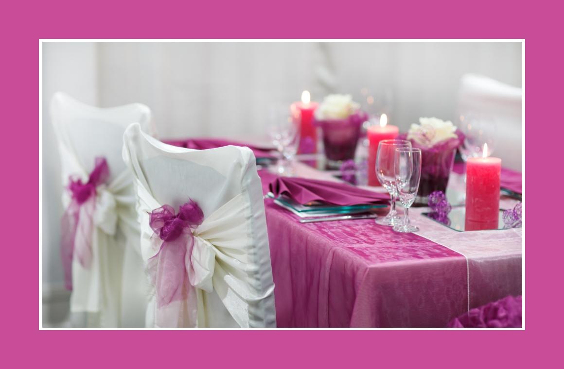 Basis der Tischdeko: violette Tischdecke und weißer Organza Läufer