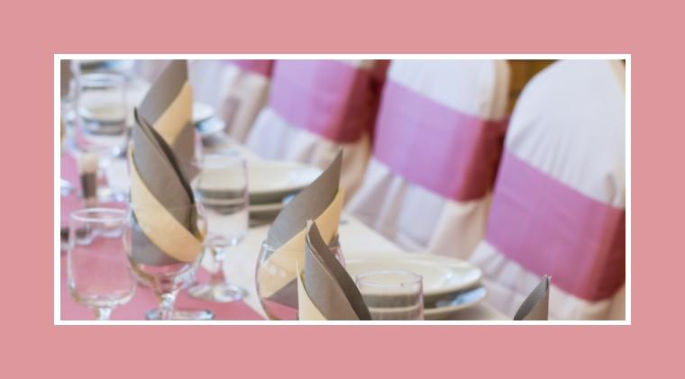 Beige-graue Servietten und pudderrosa Tischläufer