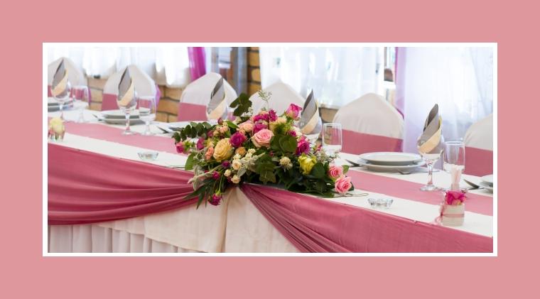 Blumendeko mit verschiedenfarbigen Rosen
