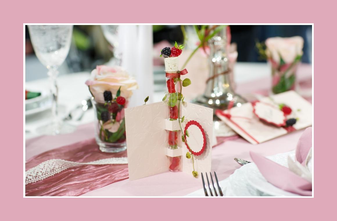 Blumendeko und Gastgeschenke mit Beeren