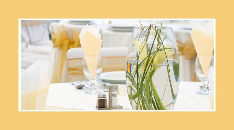 Callas in Vasen als Tischdeko