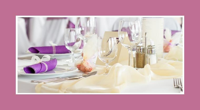 Cremefarbener Tischläufer und violette Servietten als Tischdeko