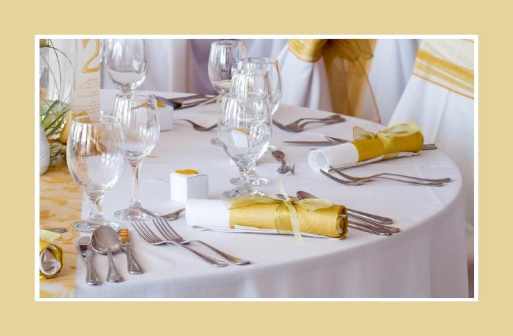 Die elegante ockergelbe Tischdeko
