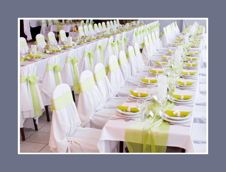 Grüne Tischdeko der Gästeplätze
