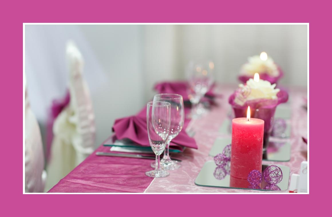 Kerzen und Dekokugeln auf Glasplatten