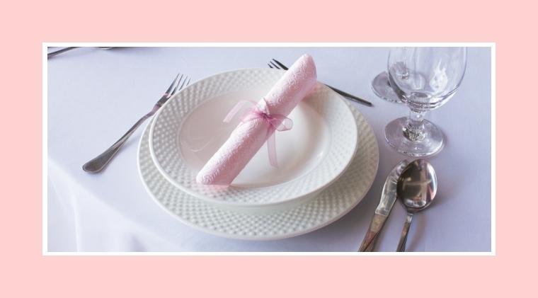 Rosa Serviette mit luftiger Schleife