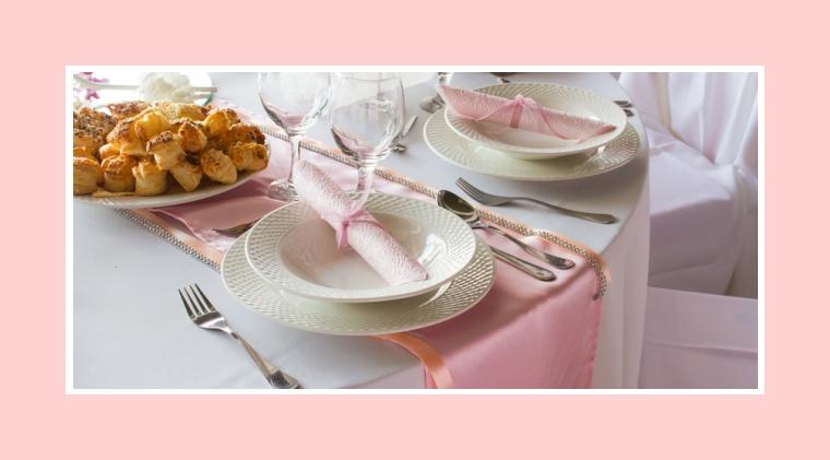 Rosa Servietten und Tischläufer als Deko der runden Tische