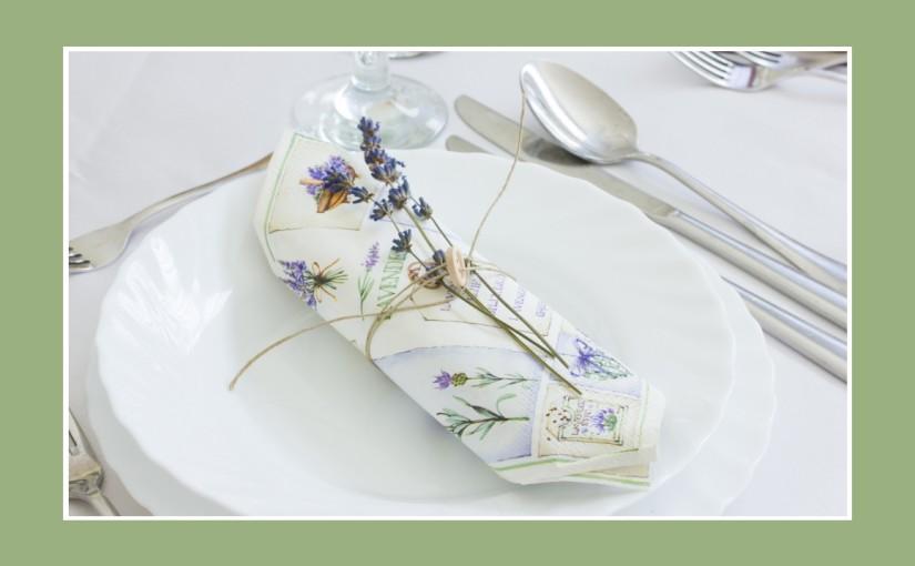 Pastellgrüne Tischdeko im Provence Stil