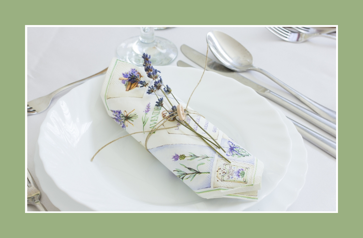 Servietten mit Lavendeldeko