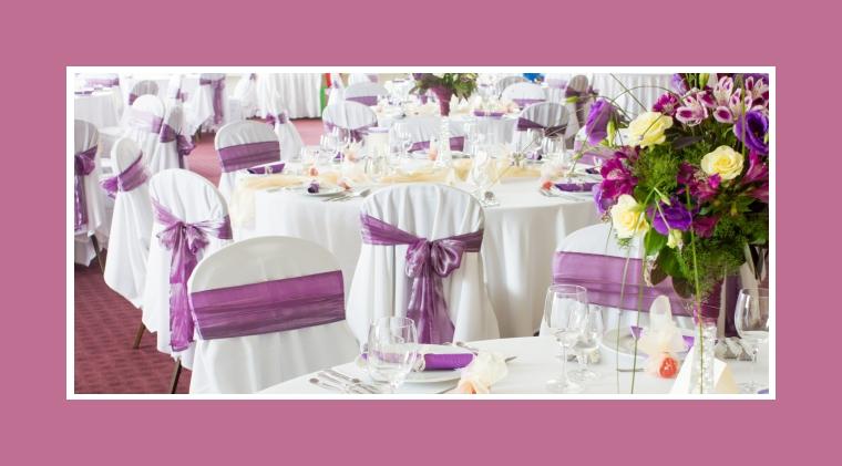 Stuhlhussen mit purpurfarbenen Schleifen