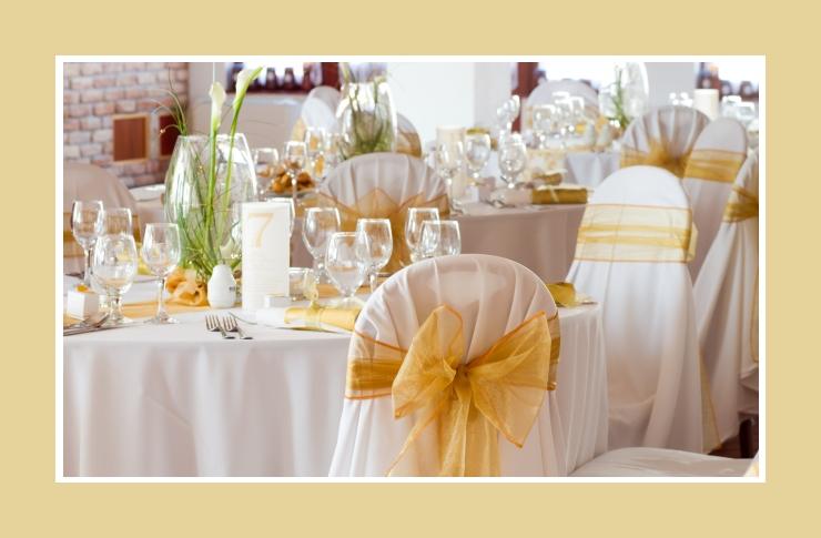 Tischdeko mit frischen und eleganten Blumen