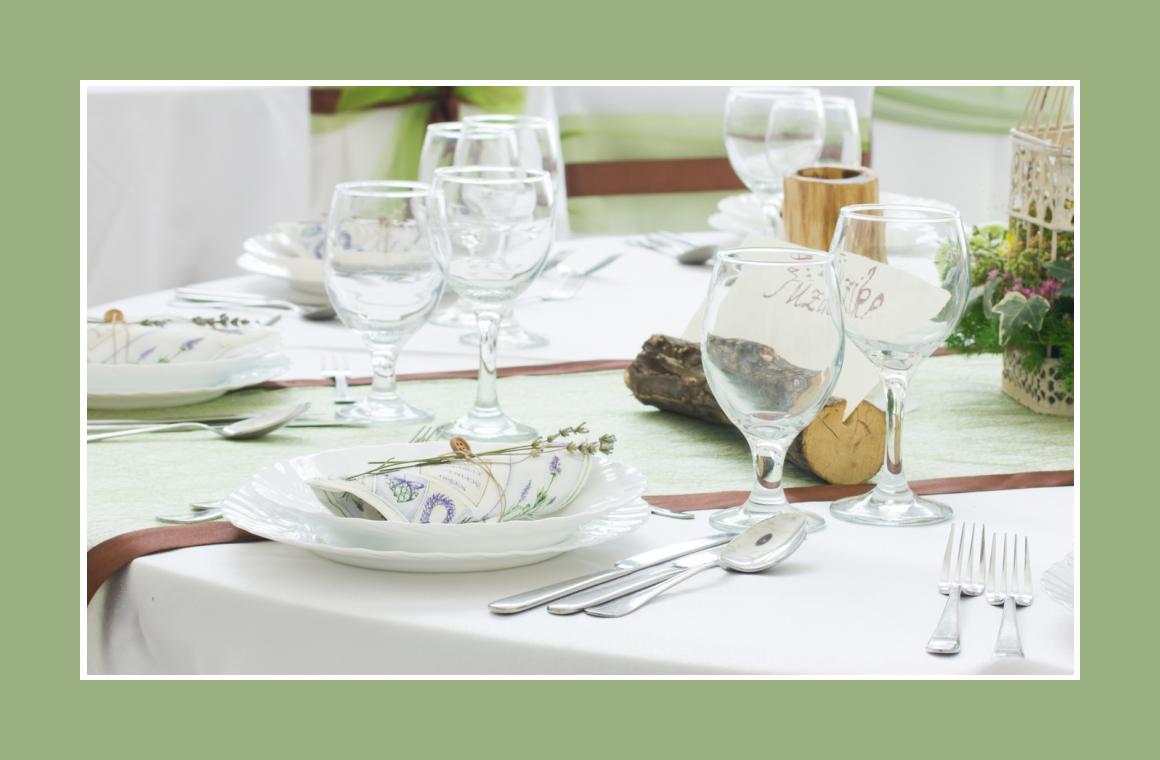 Tischdeko mit Holz und grünen Stoffen