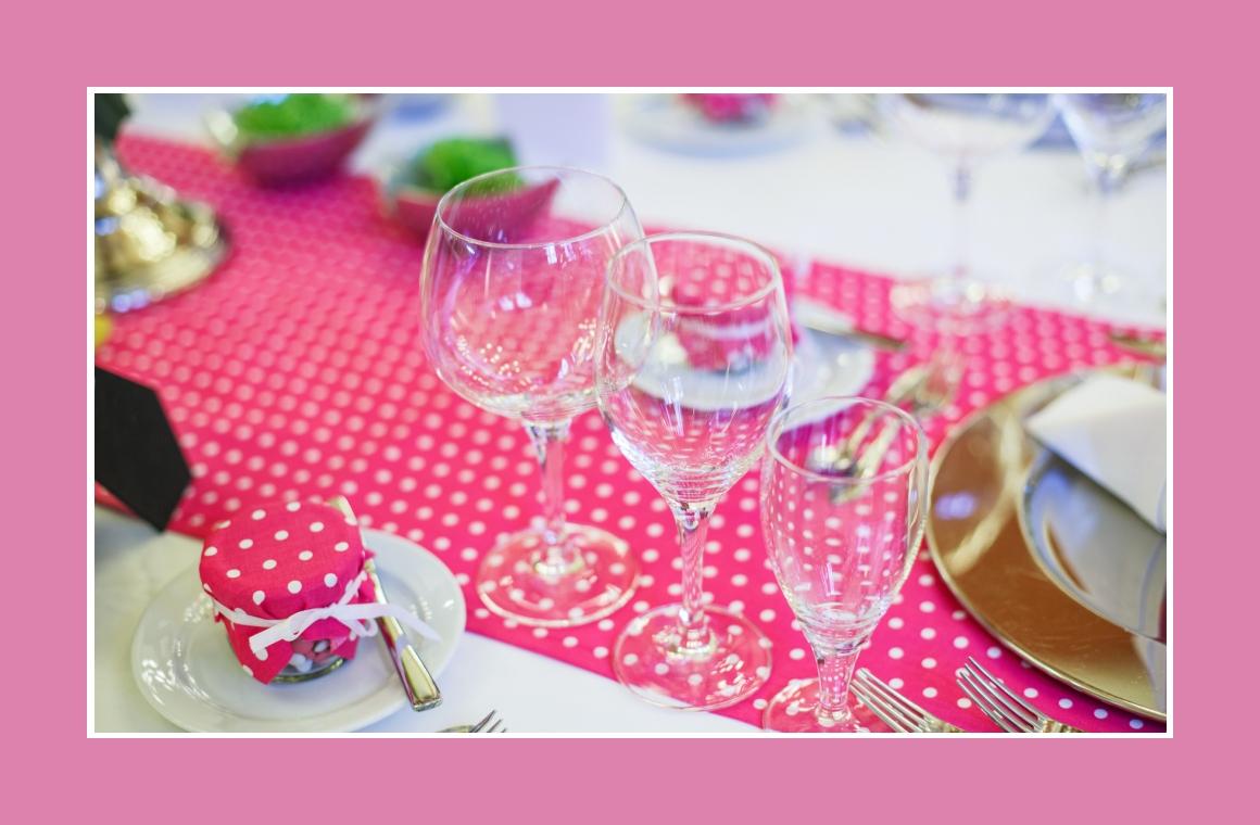 Tischdeko mit pinkt gepunkteten Tischläufern