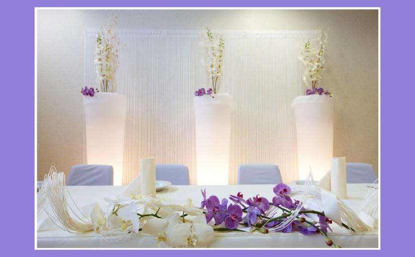 Hochzeitsdeko mit weißen und fliederlila Orchideen