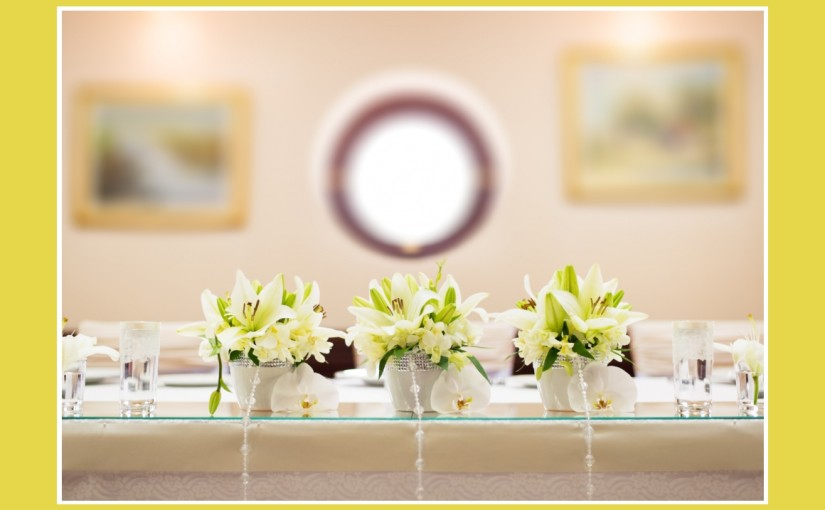 Blumige Hochzeitsdeko in Gelbgrün & Weiß