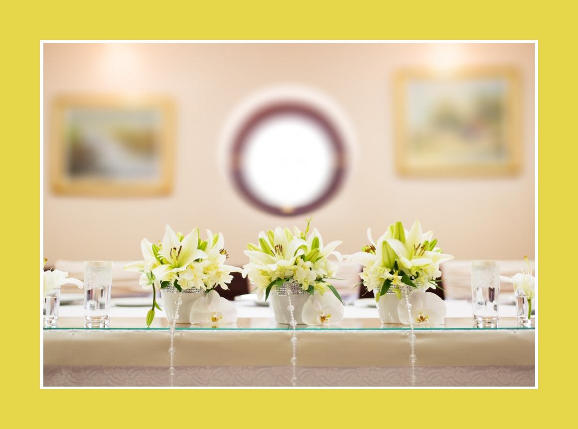 Blumengestecke aus Lilien auf Spiegelplatte