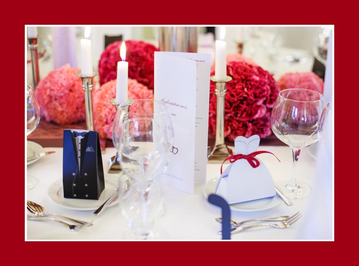 Elegante Hochzeitsdeko in Rot und Rosa