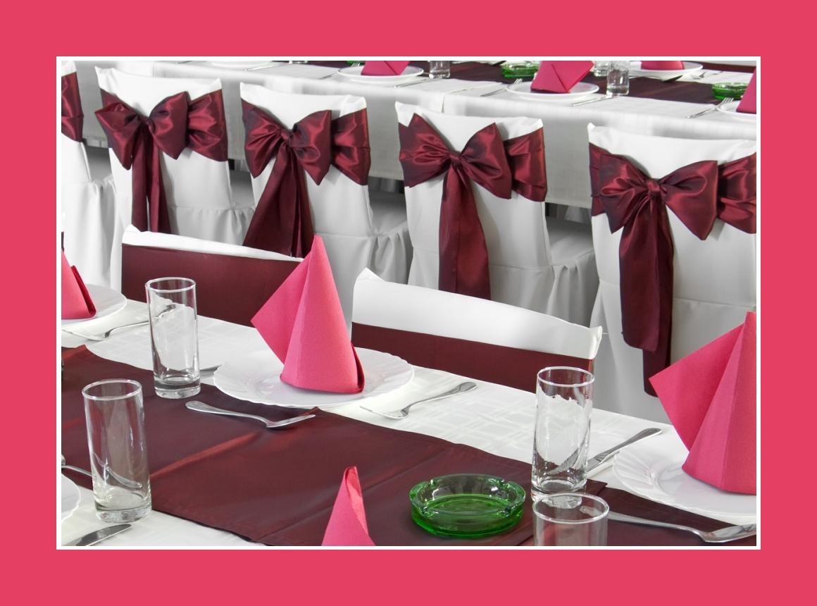 Schlichte Tischdeko mit Satintischläufern Marsala