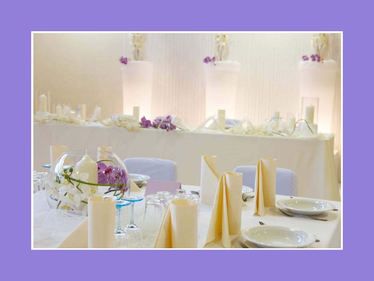 Tischdeko mit Servietten und Blumen