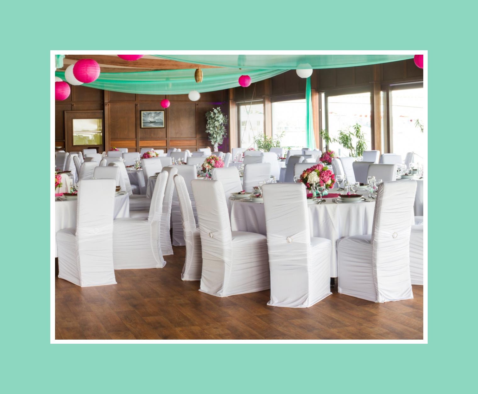 Hochzeitsdeko mit Stoffgirlanden und bunten Laternen