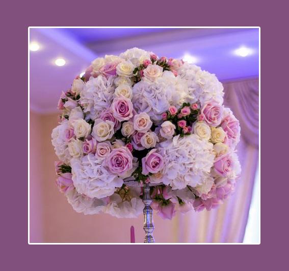 Blumenkugel als Blumendeko auf einer Hochzeit