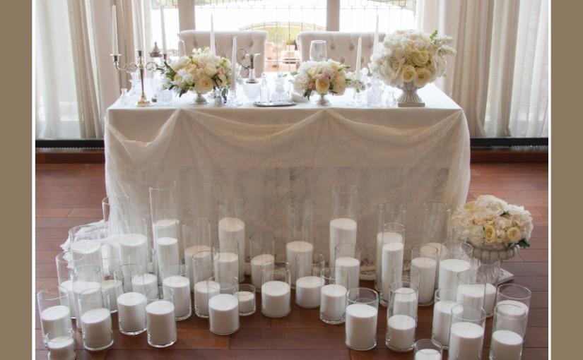 Weiße Tischdeko mit Blumen