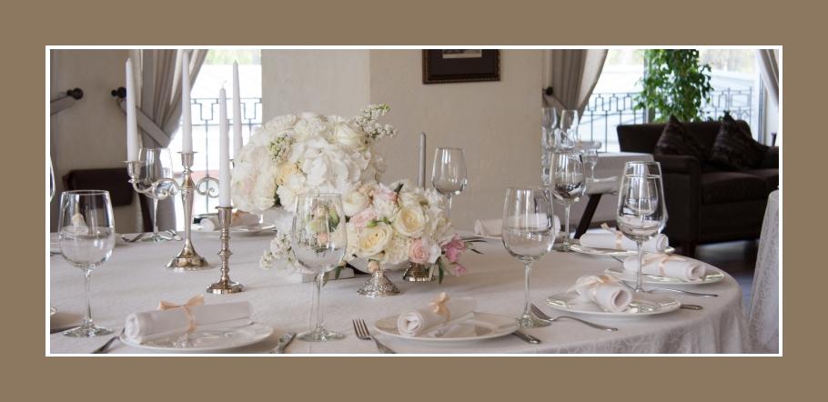 Noble Tischdeko in Weiß und Silber