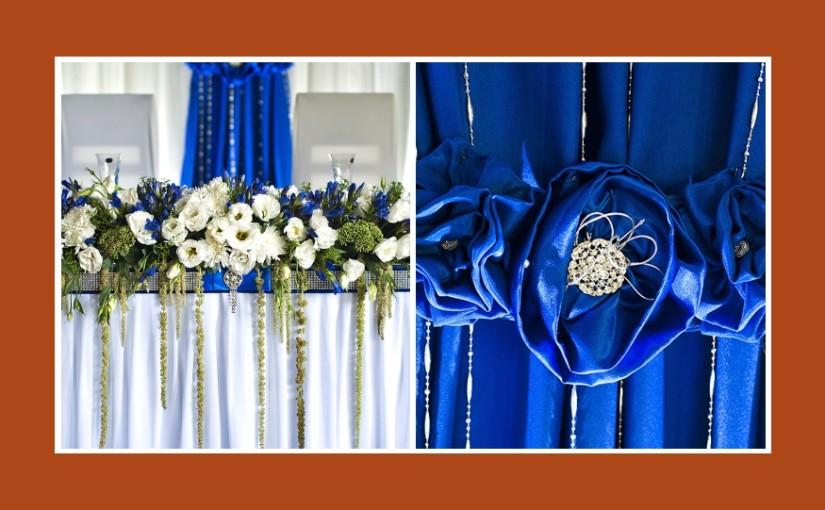 Blaue Tischdeko mit weißen Blumen