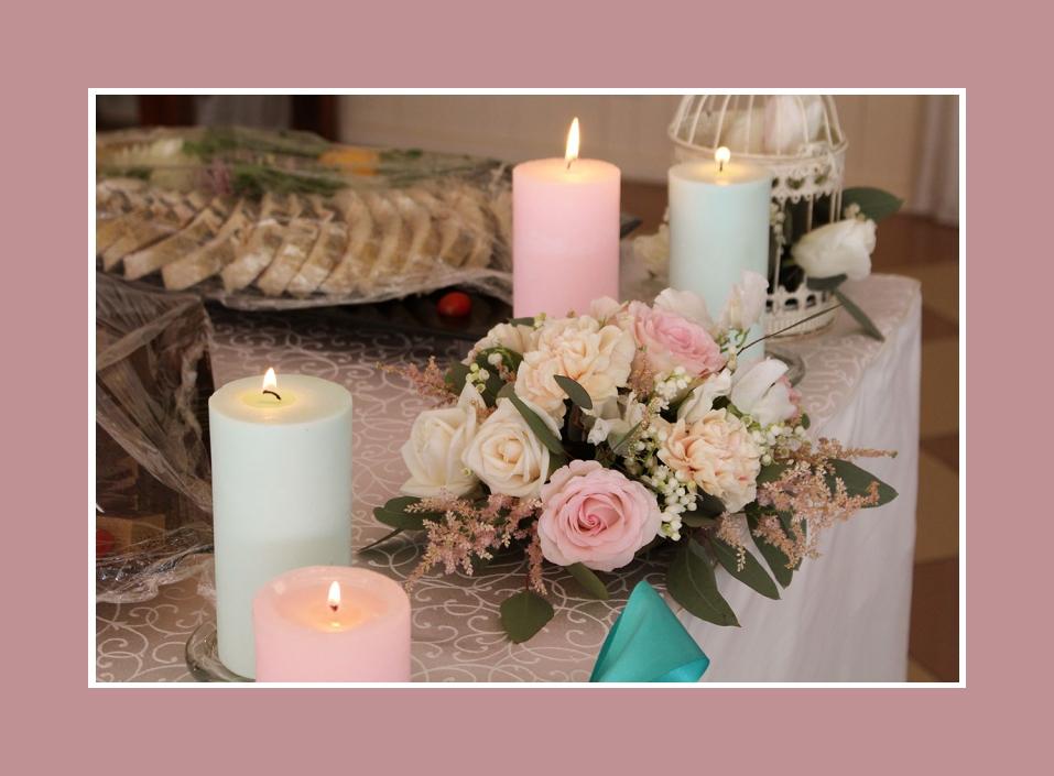 Tischdekoration Fur Taufe Hellgrun Rosa Mit Blumen Und Kerzen