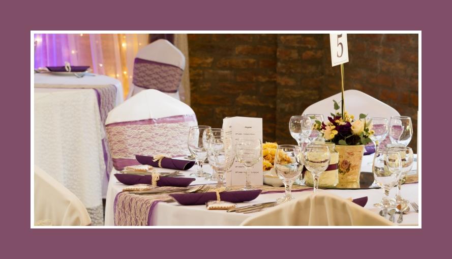 Blumendeko in Creme und Weinrot im Provence Stil