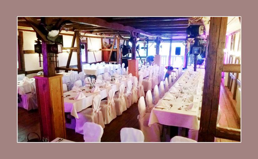 Rustikale Hochzeit mit weißer Tischdeko, Servietten, Stuhlhussen