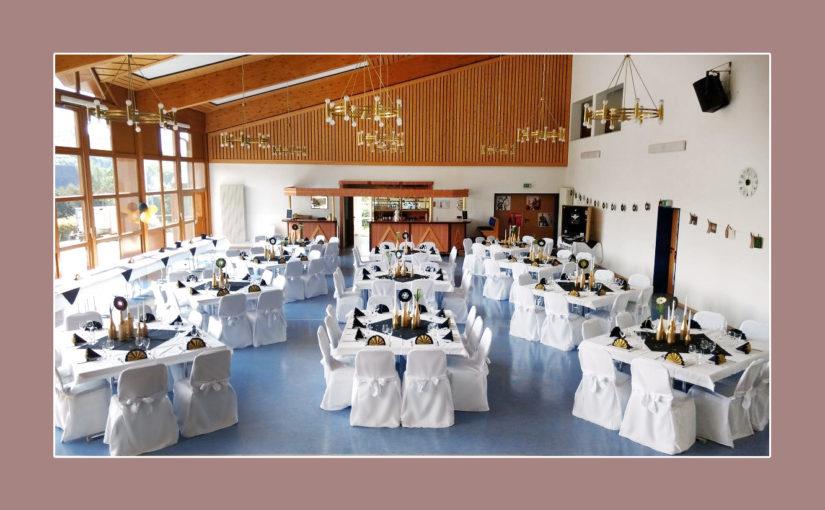 Goldene Hochzeit mit gold-schwarzer Tischdeko & Stuhlhussen