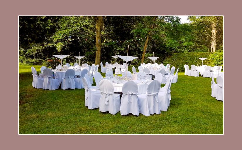 Gartenhochzeit mit weißer Tischdeko & Stuhlhussen
