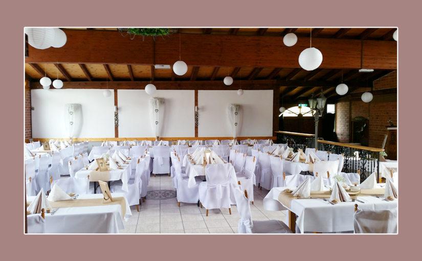 Strahlende Hochzeitsdeko mit weiß-cremefarbener Tischdeko & Lampions